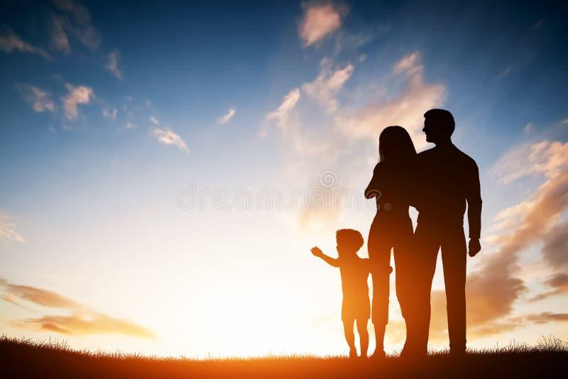 Familia feliz junto, padres con su pequeño niño en la puesta del sol stock de ilustración