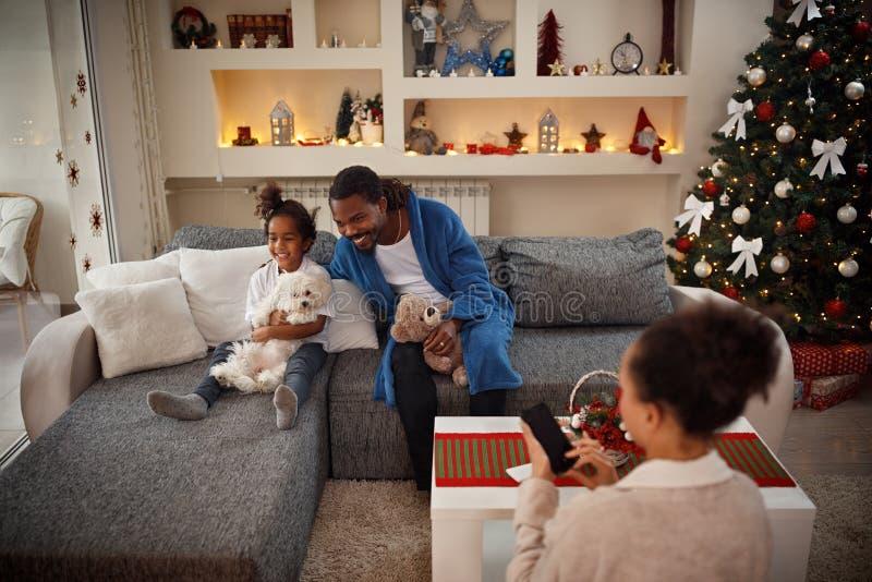 Familia feliz junto para la Navidad en casa fotos de archivo