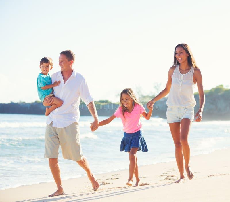 Familia feliz junto que se divierte foto de archivo libre de regalías