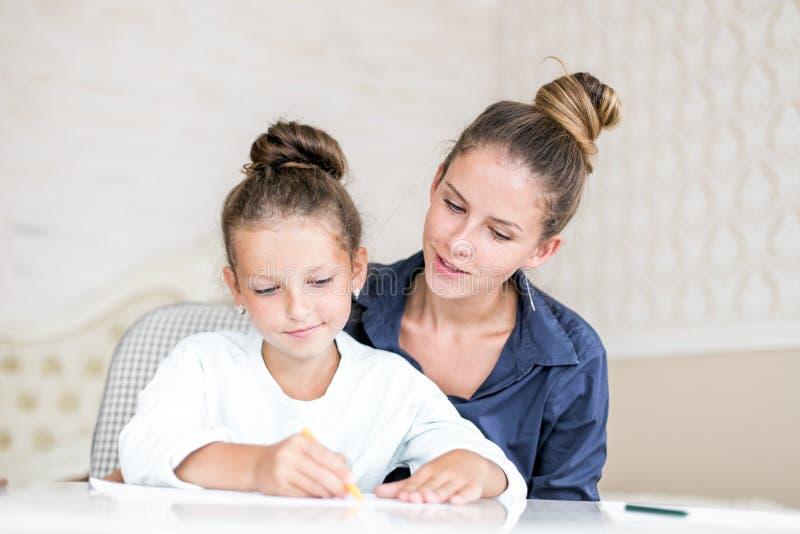 Familia feliz  La mujer adulta ayuda a la muchacha del niño fotografía de archivo libre de regalías