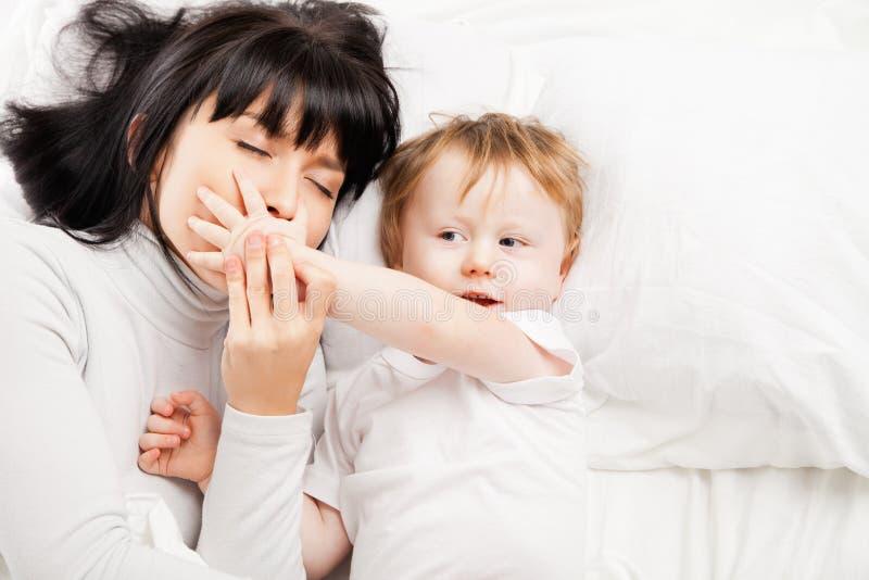 Familia feliz. Madre con el bebé que juega y que sonríe fotografía de archivo
