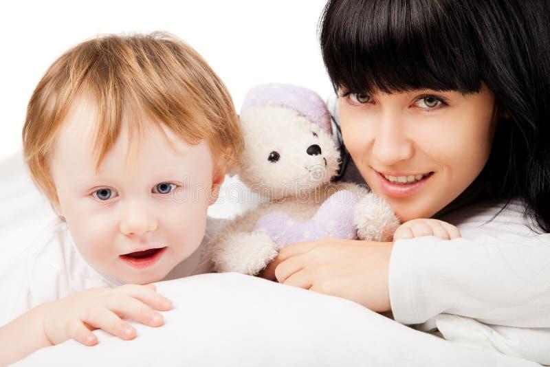 Familia feliz. Madre con el bebé que juega y que sonríe fotografía de archivo libre de regalías