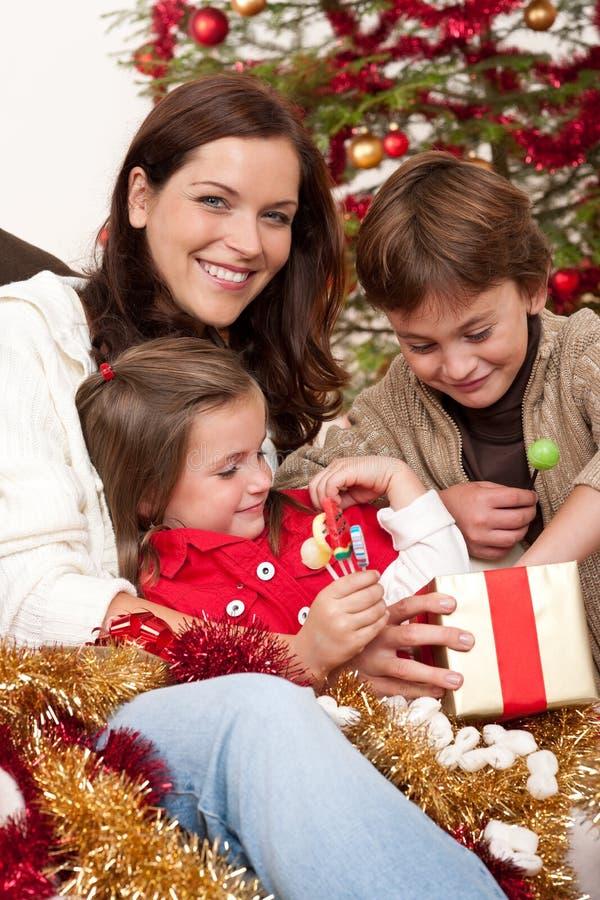 Familia feliz: madre con el hijo y la hija fotos de archivo