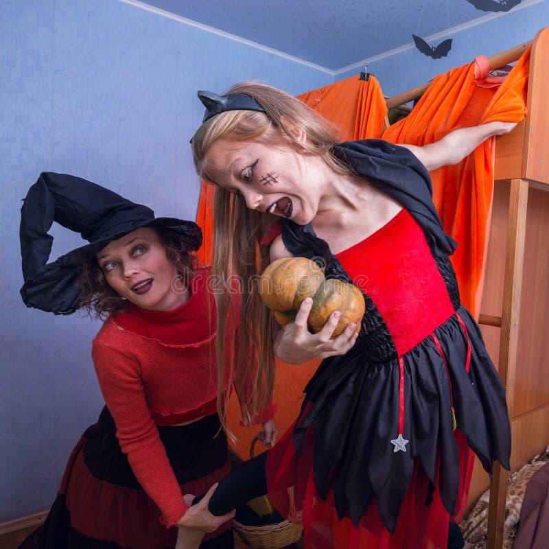 Familia feliz - mamá e hija en trajes para Halloween foto de archivo libre de regalías