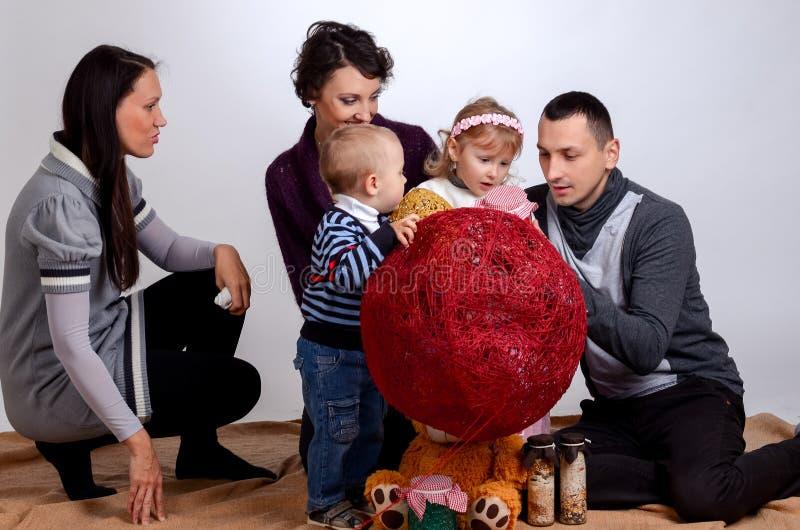 Familia feliz Mujeres de las madres y niños niña y sittin de los muchachos fotografía de archivo libre de regalías