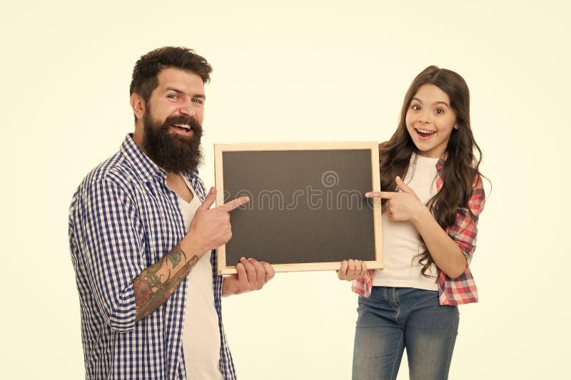 Familia feliz Padre barbudo del hombre con la hija Padre del amor de la ni?a D?a de la familia Ni?a con la pizarra de la escuela imagen de archivo