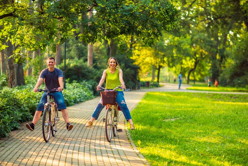 Familia feliz Padre y madre sonrientes con el niño en hav de las bicicletas imagenes de archivo