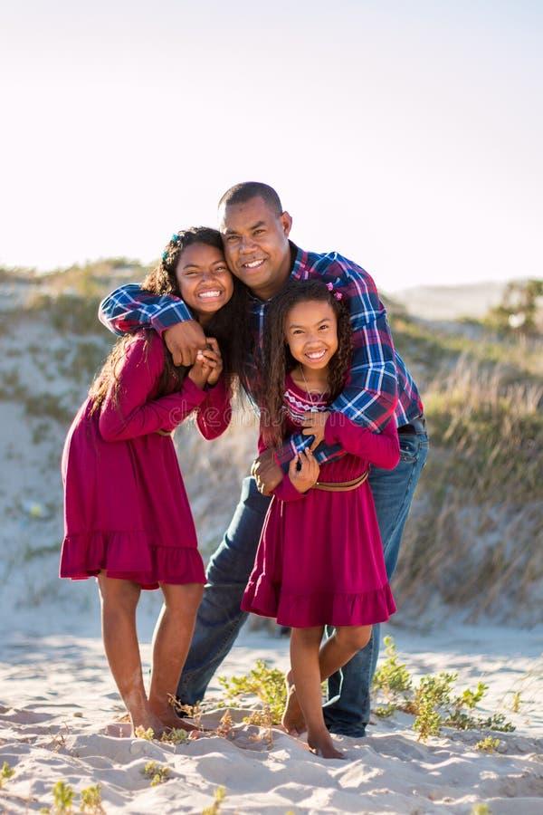 Familia feliz, padre y retrato integral de las hijas al aire libre fotografía de archivo libre de regalías