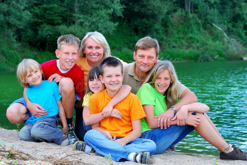 Familia feliz por el lago