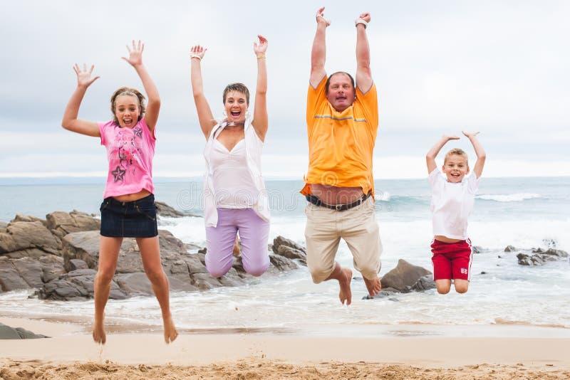 Familia feliz por el océano imagen de archivo