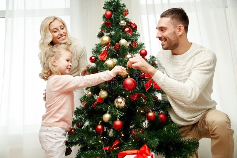 Familia Feliz Que Adorna El árbol De Navidad En Casa Foto de archivo ...