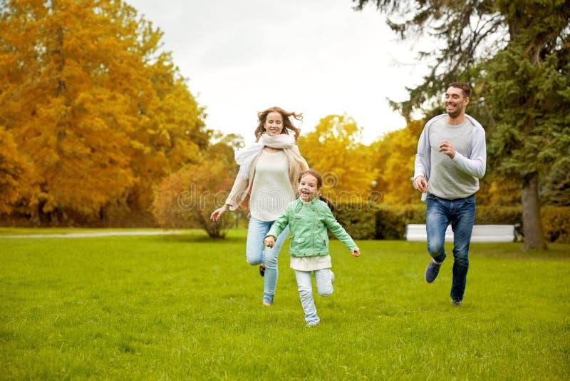 Familia feliz que camina en parque del verano imagen de archivo libre de regalías