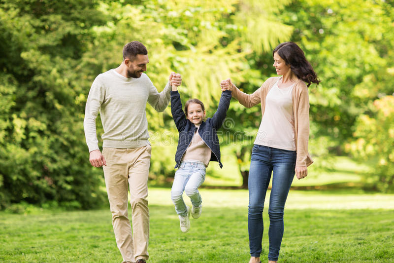Familia feliz que camina en parque del verano y que se divierte fotos de archivo libres de regalías