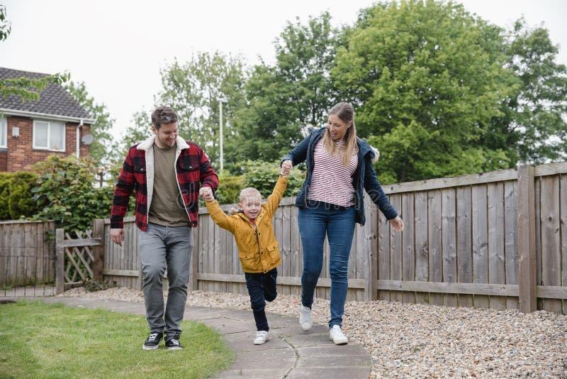 Familia feliz que camina junto imagen de archivo