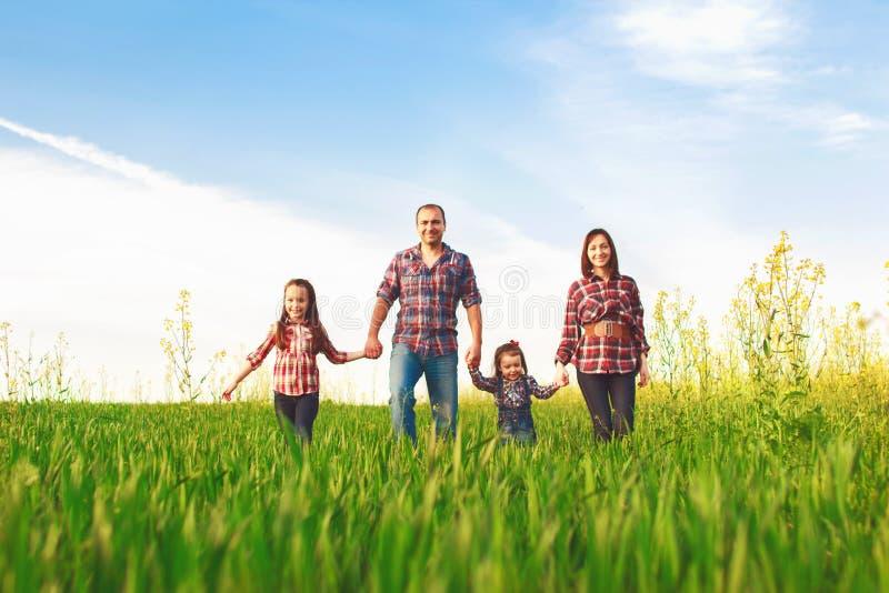 Familia feliz que camina junto fotos de archivo libres de regalías