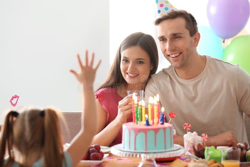 Familia feliz que celebra cumpleaños en el partido imagen de archivo