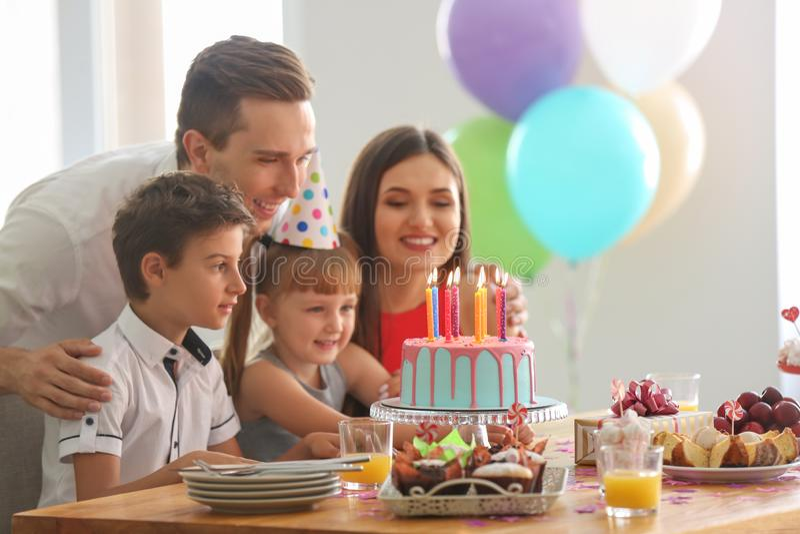 Familia feliz que celebra cumpleaños en el partido fotos de archivo libres de regalías