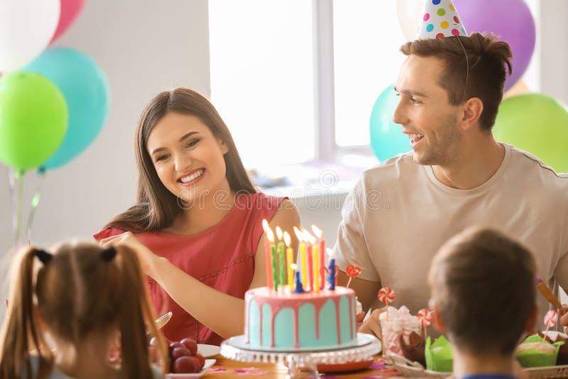Familia feliz que celebra cumpleaños en el partido imagen de archivo libre de regalías