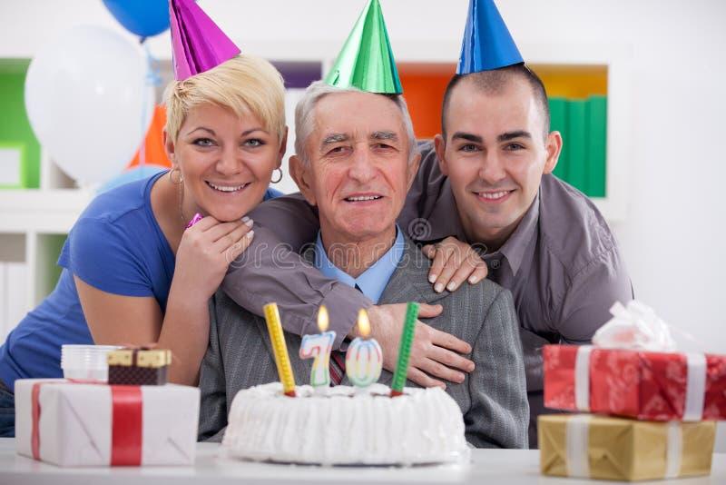Familia feliz que celebra cumpleaños junto fotos de archivo libres de regalías