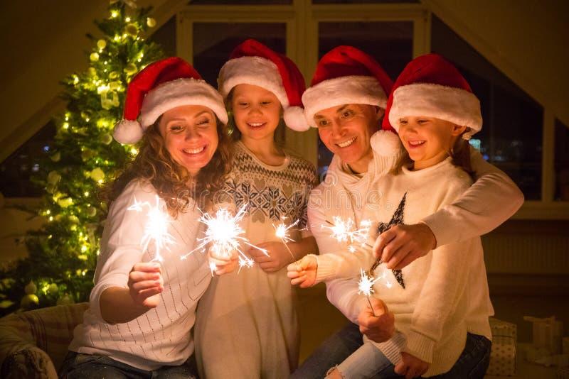 Familia feliz que celebra la Navidad fotos de archivo libres de regalías