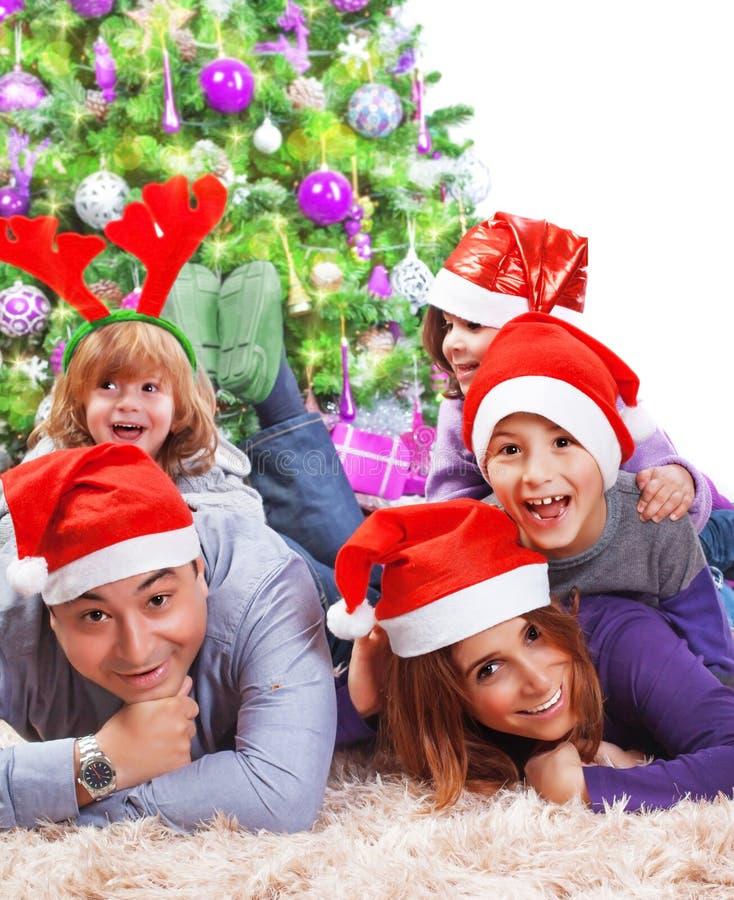 Familia feliz que celebra la Navidad imágenes de archivo libres de regalías