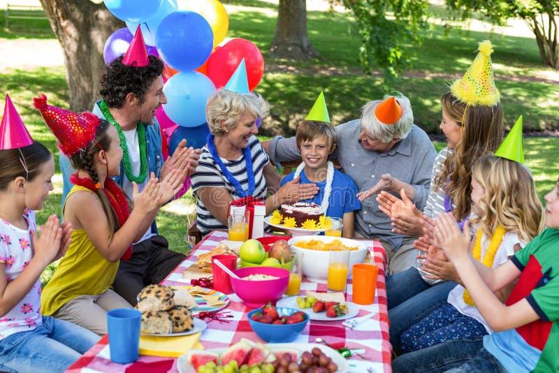 Familia feliz que celebra un cumpleaños fotografía de archivo libre de regalías