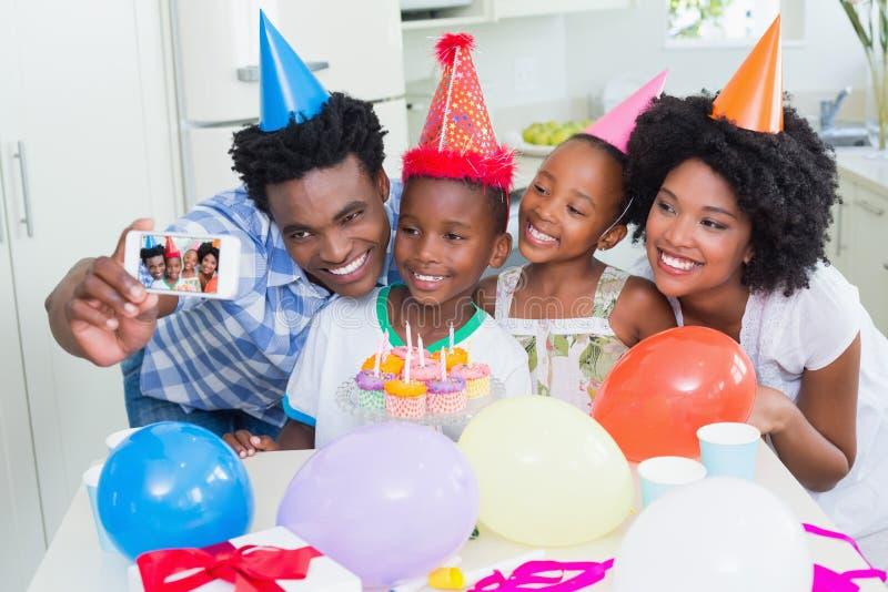 Familia feliz que celebra un cumpleaños junto fotografía de archivo