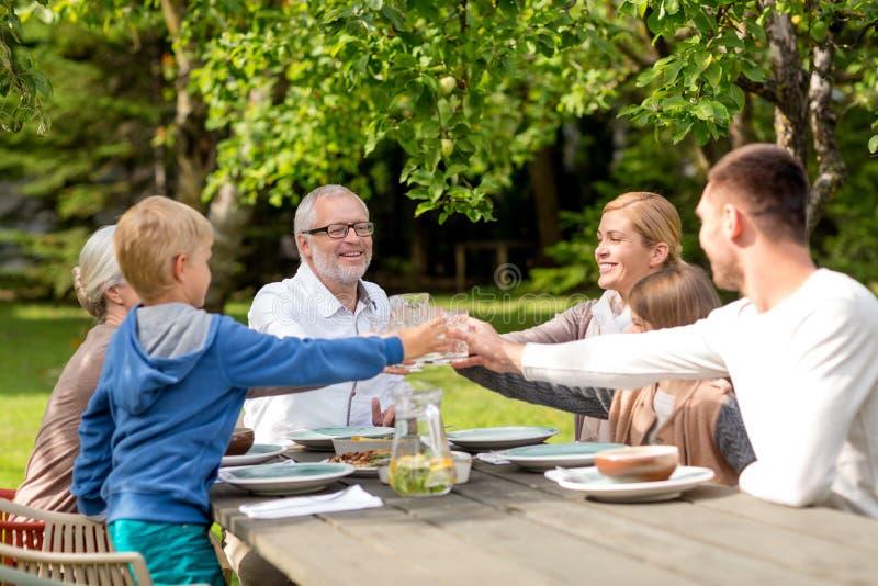 Familia feliz que cena el día de fiesta al aire libre foto de archivo