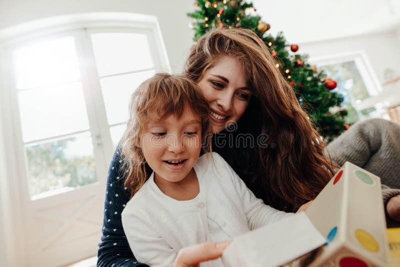 Familia feliz que cena la Navidad imagenes de archivo
