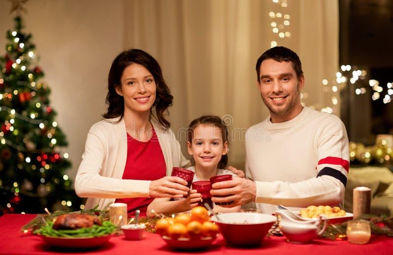 Familia feliz que cena la Navidad en casa foto de archivo