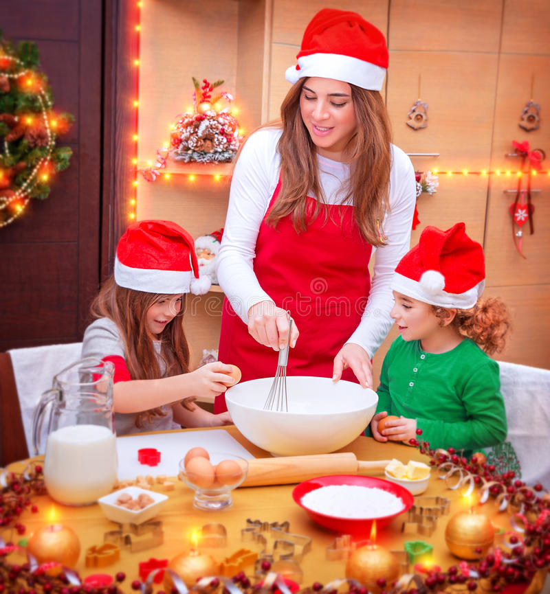 Familia feliz que cocina para la Navidad fotos de archivo libres de regalías