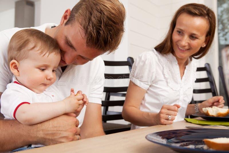 Familia feliz que come la comida fotos de archivo