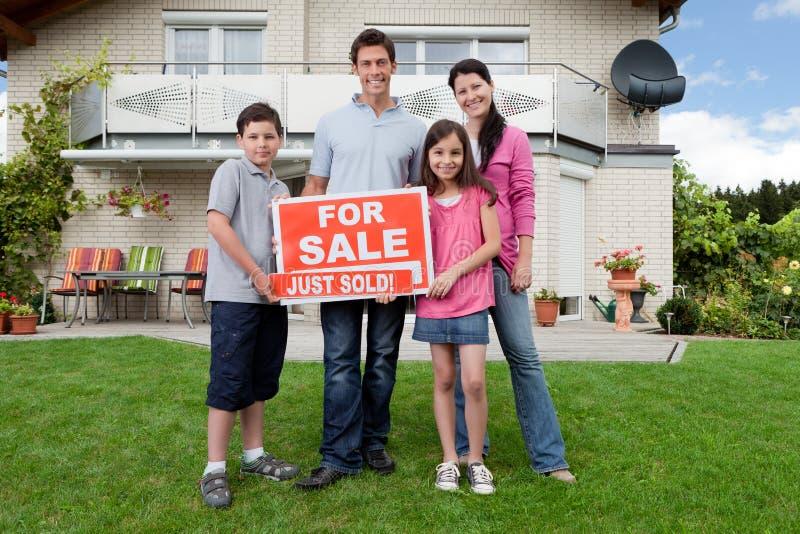 Familia feliz que compra la nueva casa fotografía de archivo