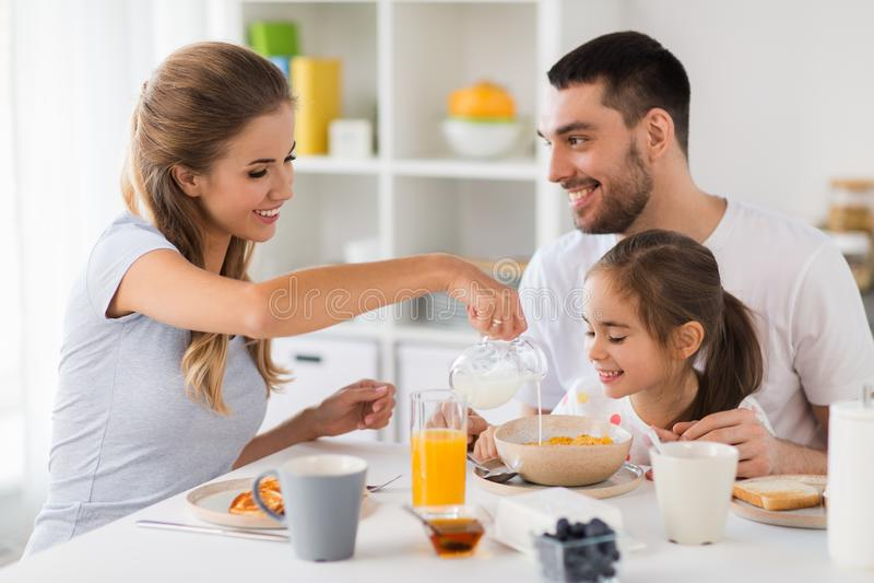 Familia feliz que desayuna en casa fotos de archivo