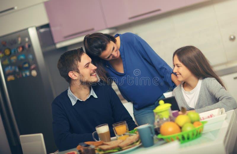 Familia feliz que desayuna junto imágenes de archivo libres de regalías