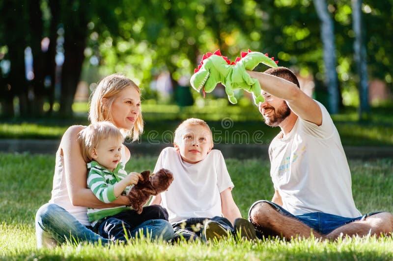 Familia feliz que disfruta de día soleado en el parque imagen de archivo
