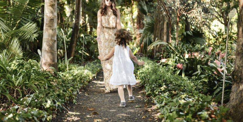 Familia feliz que disfruta de ocio en una selva tropical imagen de archivo libre de regalías