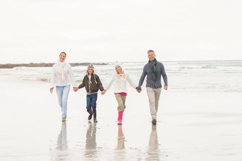 Familia feliz que disfruta de un día agradable hacia fuera foto de archivo