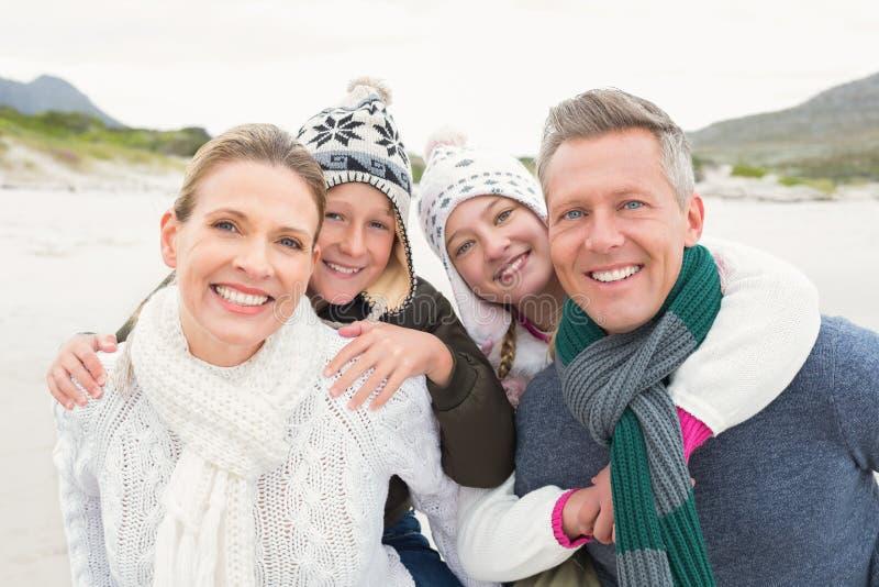 Familia feliz que disfruta de un día agradable hacia fuera fotografía de archivo