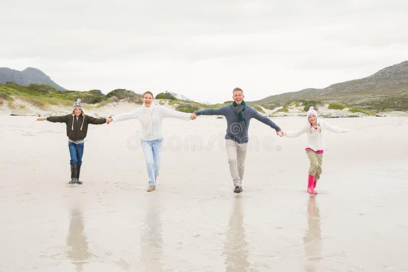 Familia feliz que disfruta de un día agradable hacia fuera imagen de archivo
