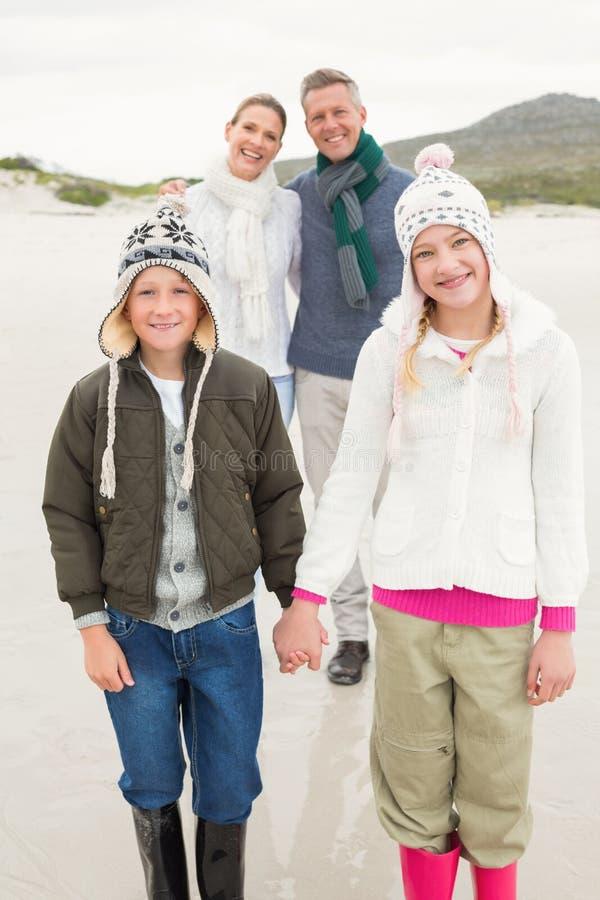 Familia feliz que disfruta de un día agradable hacia fuera imagen de archivo libre de regalías