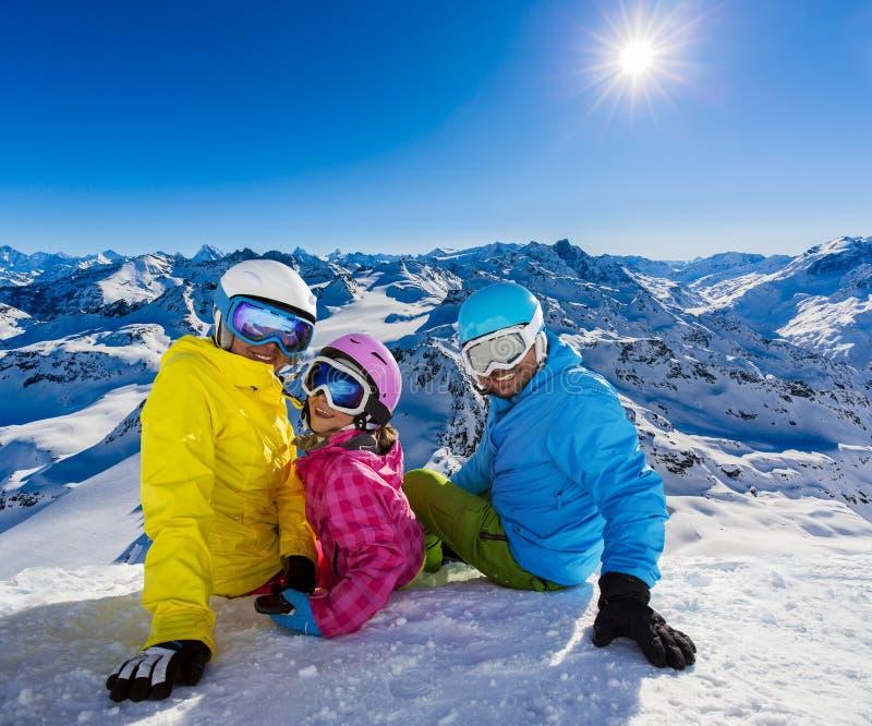 Familia feliz que disfruta de vacaciones del invierno fotografía de archivo