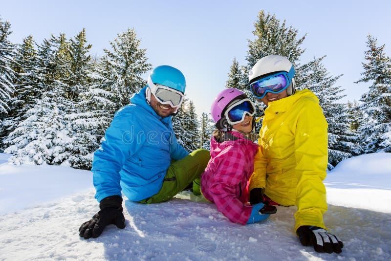 Familia feliz que disfruta de vacaciones del invierno imagen de archivo libre de regalías