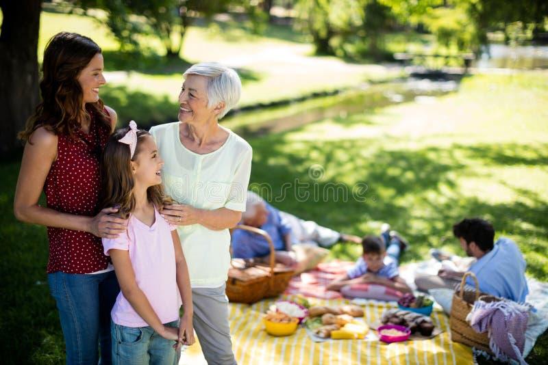 Familia feliz que goza en parque imagenes de archivo