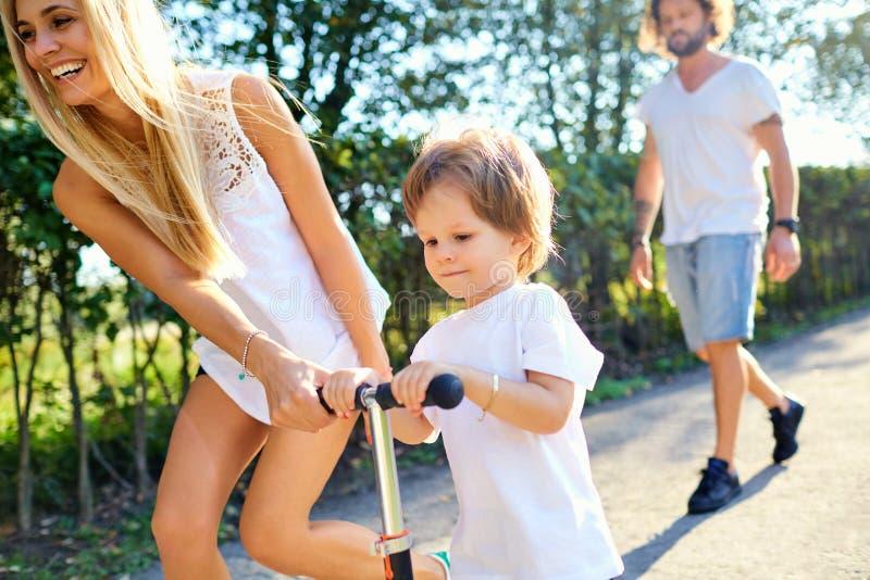 Familia feliz que juega en el parque imágenes de archivo libres de regalías