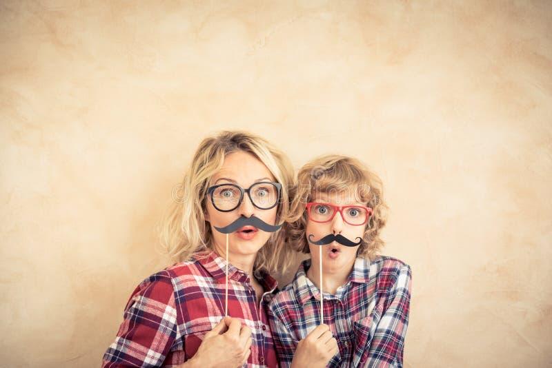 Familia feliz que juega en hogar foto de archivo libre de regalías