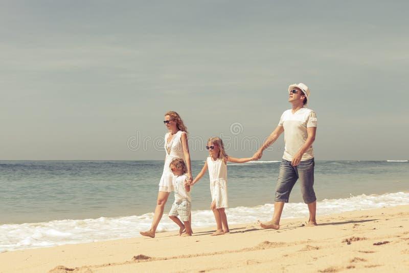 Familia feliz que juega en la playa fotografía de archivo libre de regalías