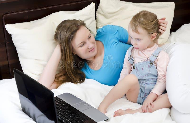 Familia feliz que mira una historieta imagenes de archivo