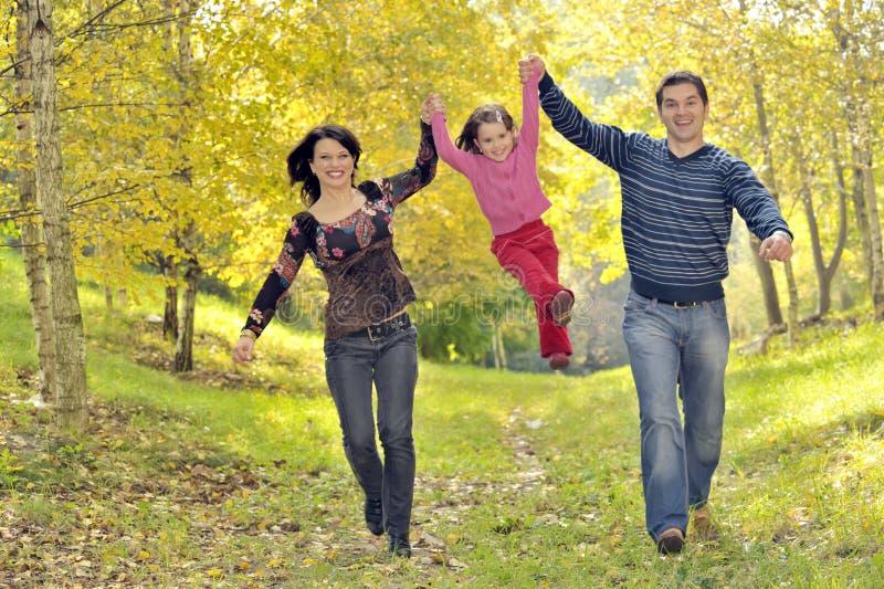 Familia feliz que se divierte fotografía de archivo