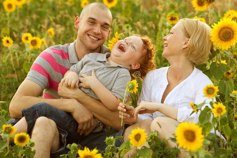 Familia feliz que se divierte fotografía de archivo libre de regalías